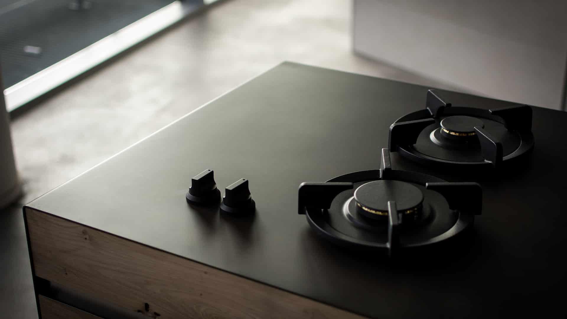 Płyta gazowa oraz inne AGD w kuchni wykonanej na wymiar