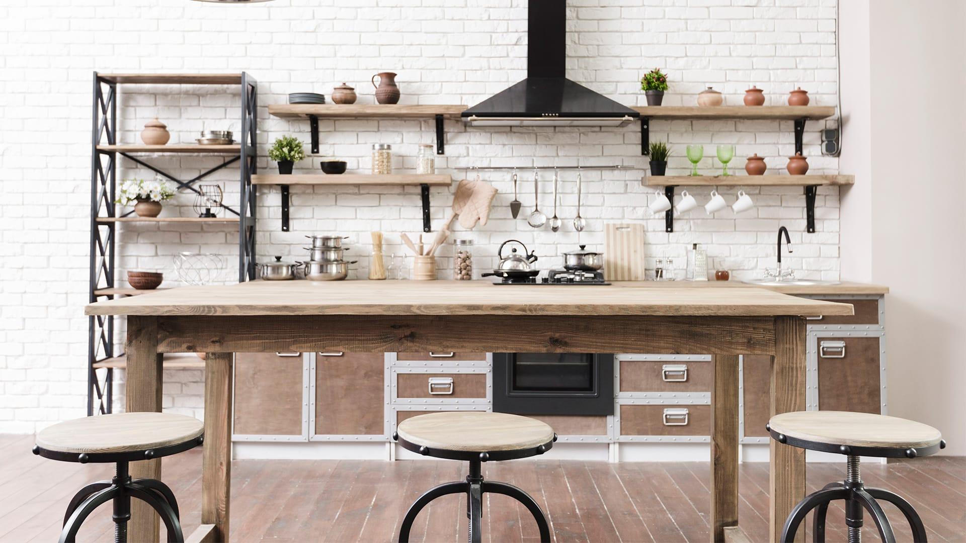Biała kuchnia w stylu loftowym z hokerami
