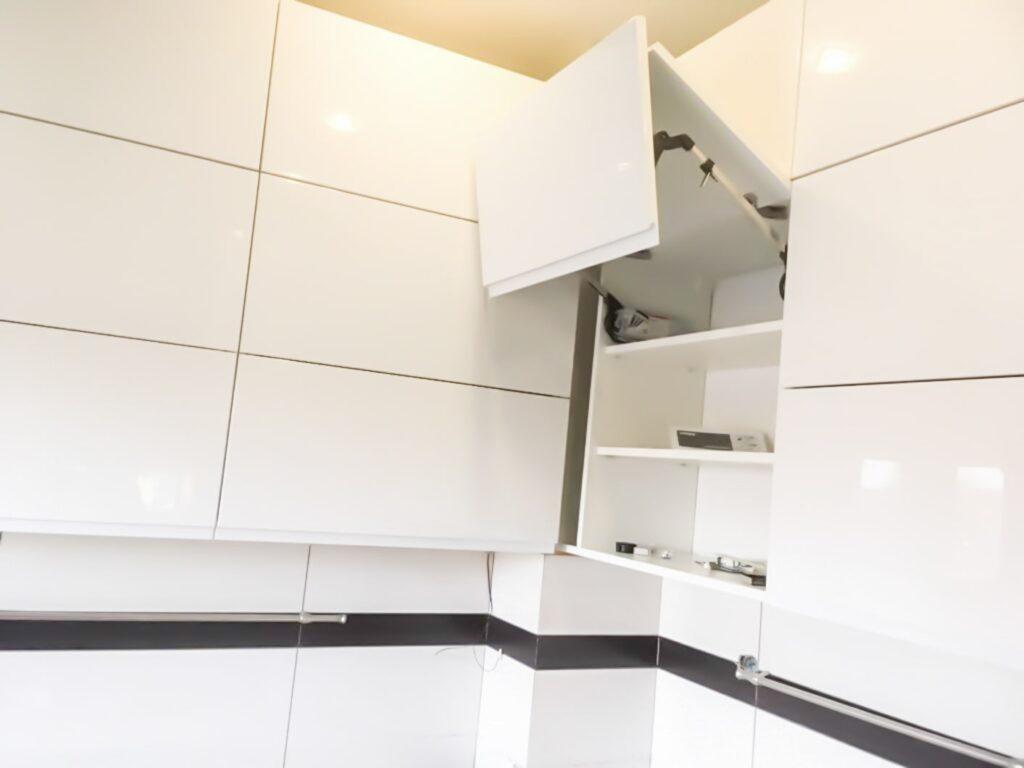 Biała szafka w kuchni z łamanym otwieraniem