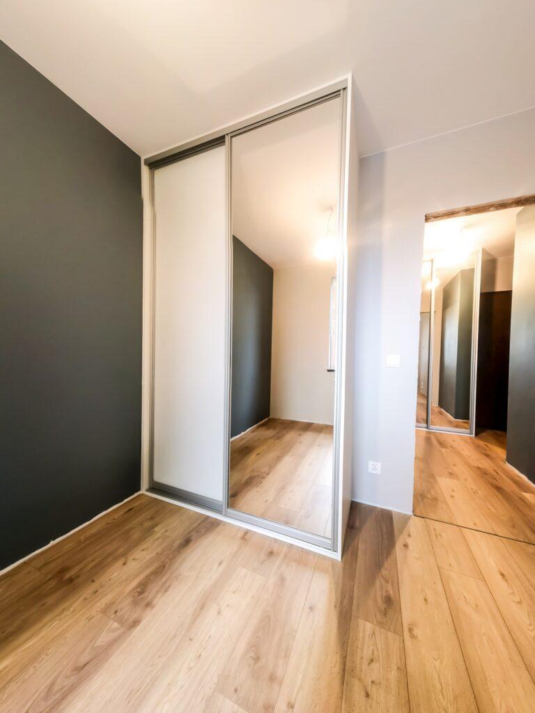 Zamknięta szafa wolnostojąca zabudowana pod sufit z drzwiami przesuwnymi