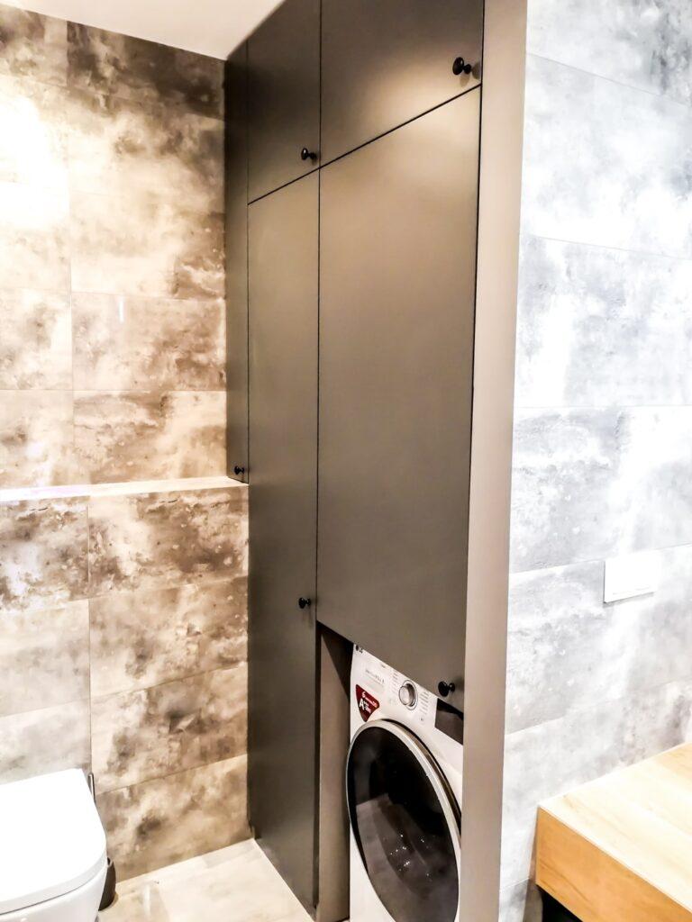 Szafa wnękowa z miejsce na pralkę w łazience