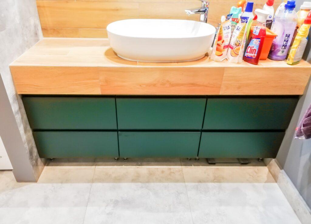 Szafka pod umywalkę z drewnianym blatem i 6 szufladami w łazience