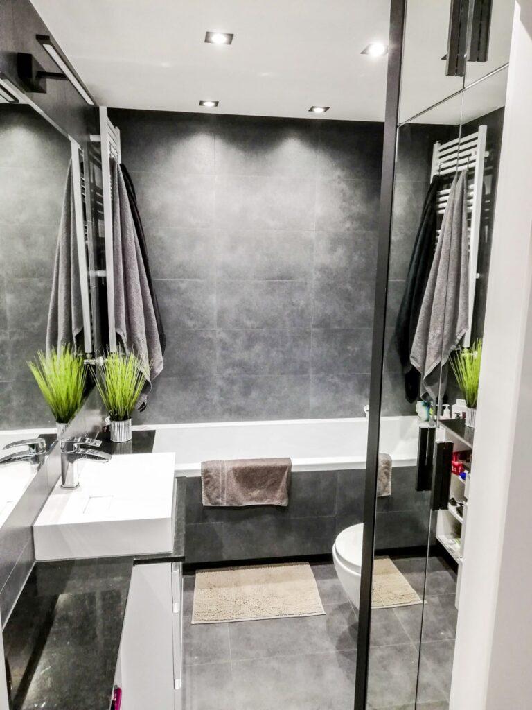 Meble w szarej łazience na wymiar z rośliną