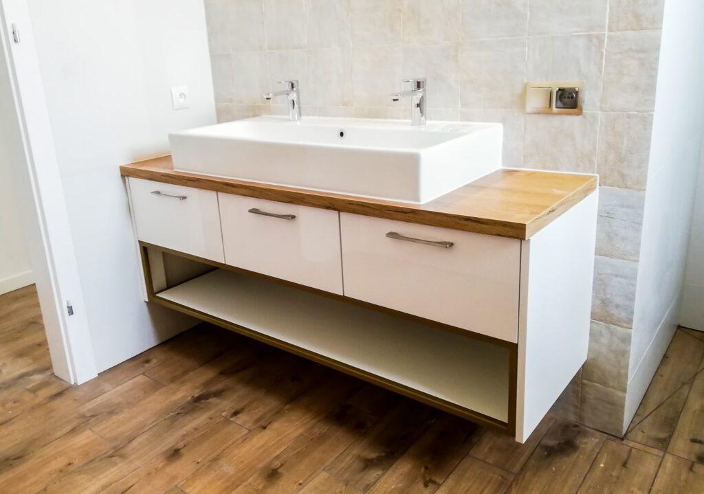 Biała szafka pod umywalkę z półką i 3 szufladami