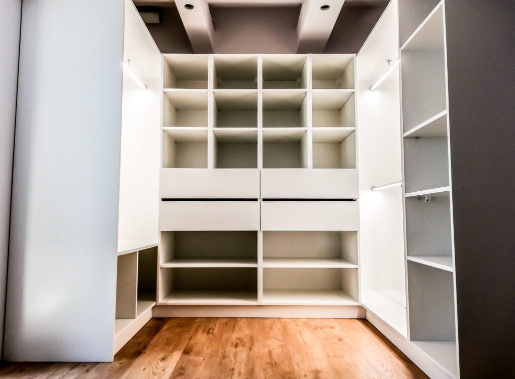 Regał z półkami i szufladami w garderobie na poddaszu