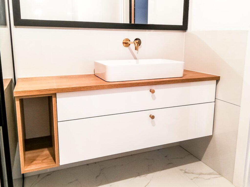 Drewnopodobna szafka pod umywalkę w łazience z 2 szufladami