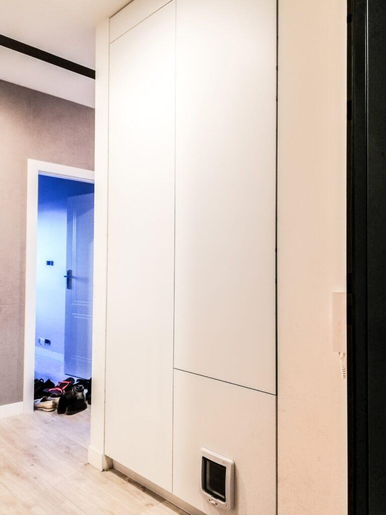 Szafa narożna w korytarzu z kratką wentylacyjną w kolorze białym