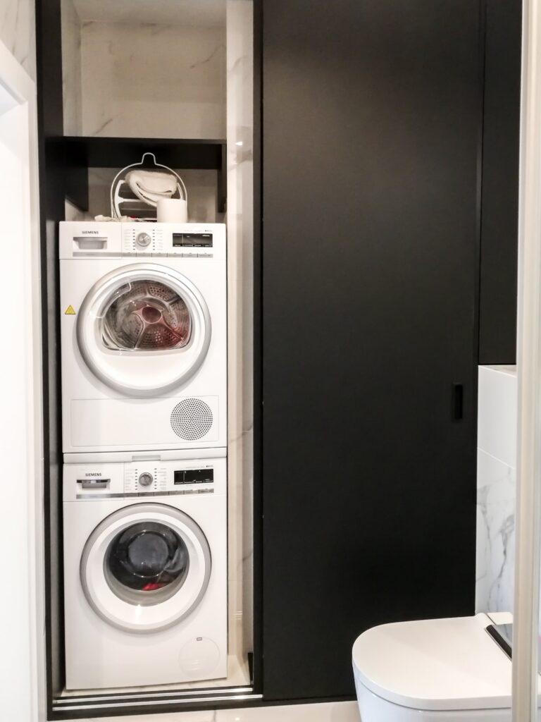 Czarna matowa zabudowa w łazience na 2 pralki