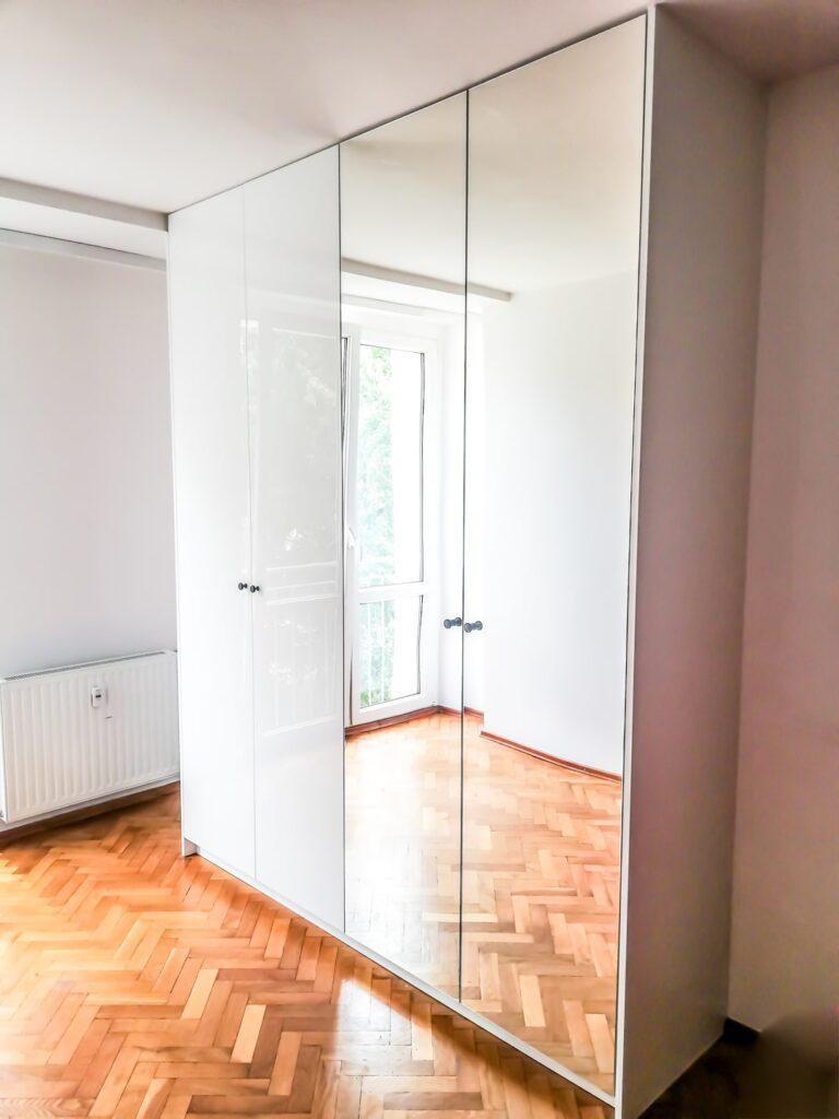 Szafa z drzwiami lustrzanymi zabudowana po sufit