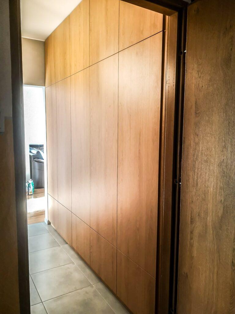 Zamknięta szafa wnękowa z drewna pod sufit