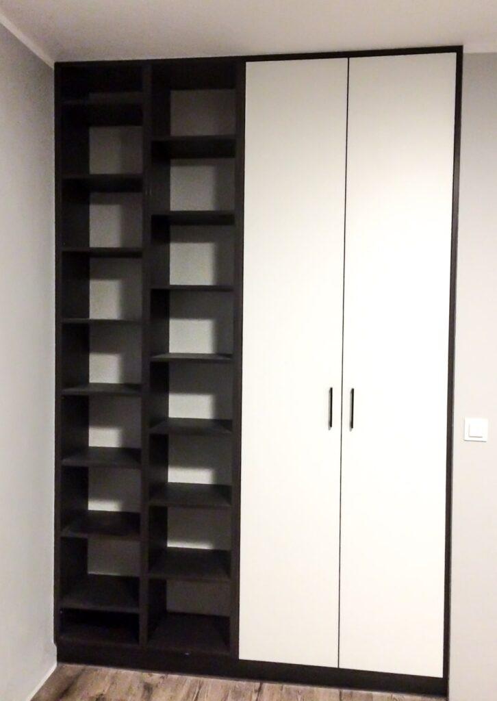 Biała zamknięta szafa wraz z zabudową półkami