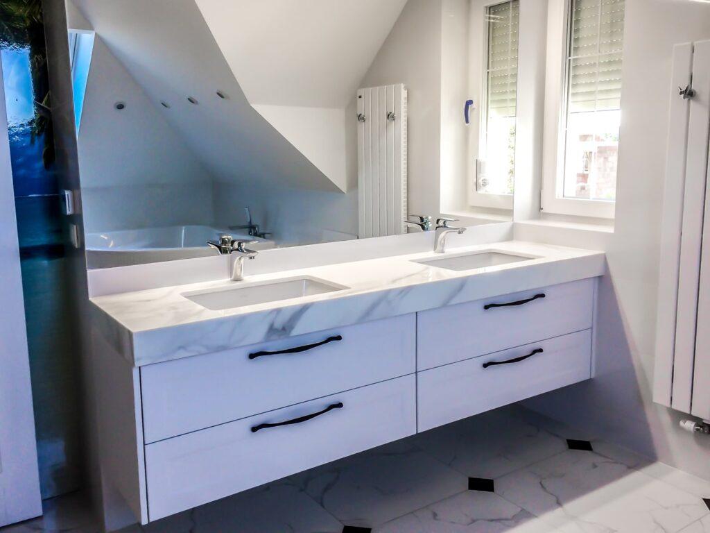 Szafka pod umywalkę z kamiennym blatem, dwoma podwieszanymi zlewami oraz 4 szufladami