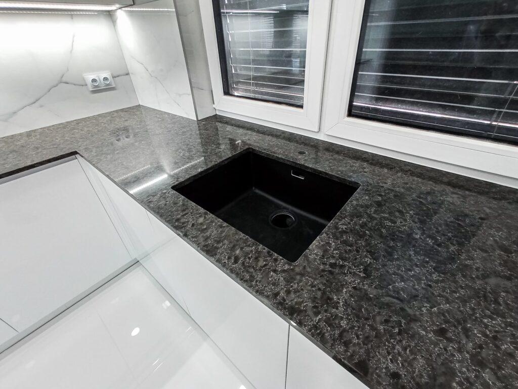 Zlewozmywak podwieszany w blacie kamiennym w kuchni
