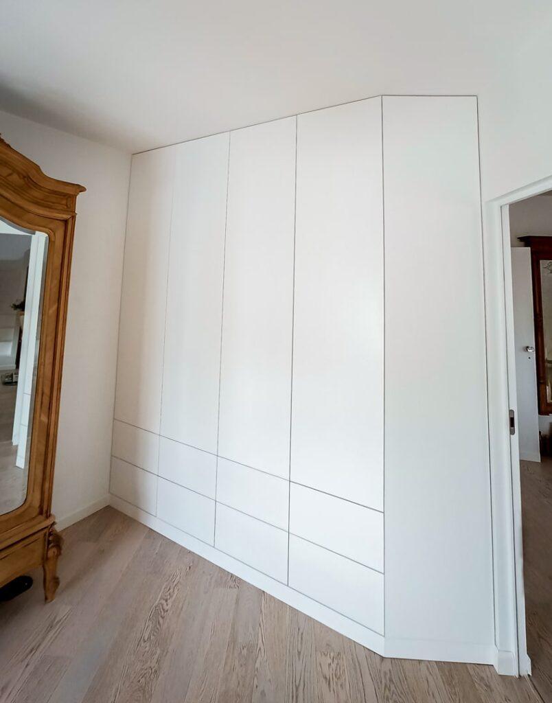 Biała szafa na wymiar ze skosem i szufladami
