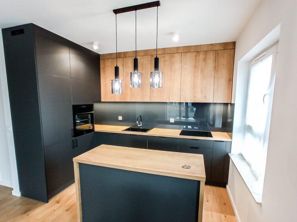 Wyspa z obudową blatem w czarno-drewnopodobnej kuchni z lacobelem