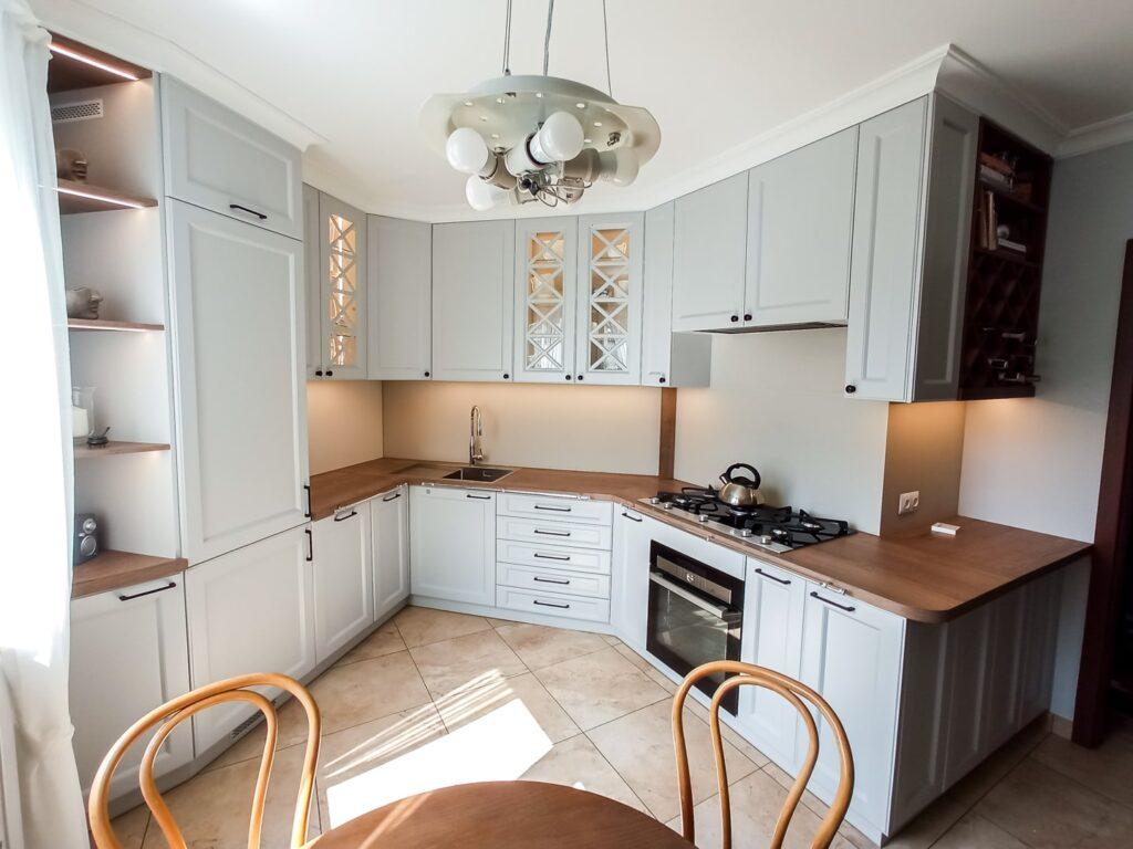 Zamknięte szafki w kuchni na wymiar z podświetleniem LED i drewnianym blatem